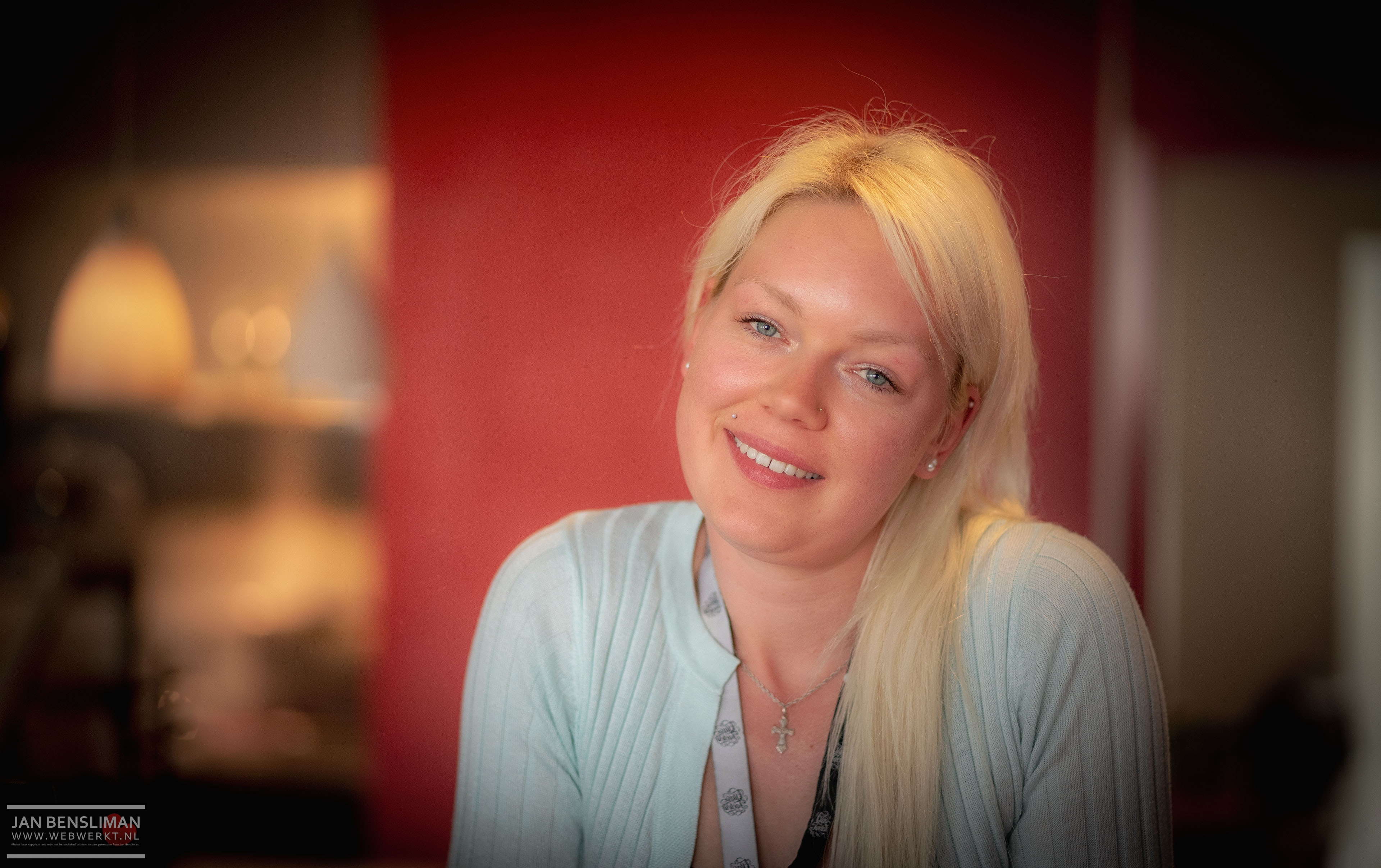 Jenni Schuett stond bij de balie van The Glass Factory in Glasbruk Boda in Zweden. Zweedser kan volgens mij haast niet. Ze wil wel model worden vertelde ze mij toen ik vroeg of ik een paar foto's van haar mocht maken.