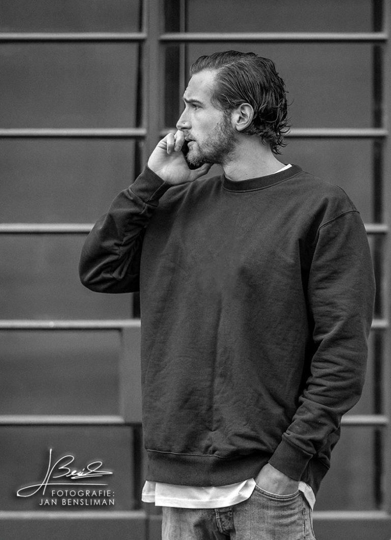 Foto van Tristan Rozendaal a.k.a. Gewoonbeats, aan het bellen.
